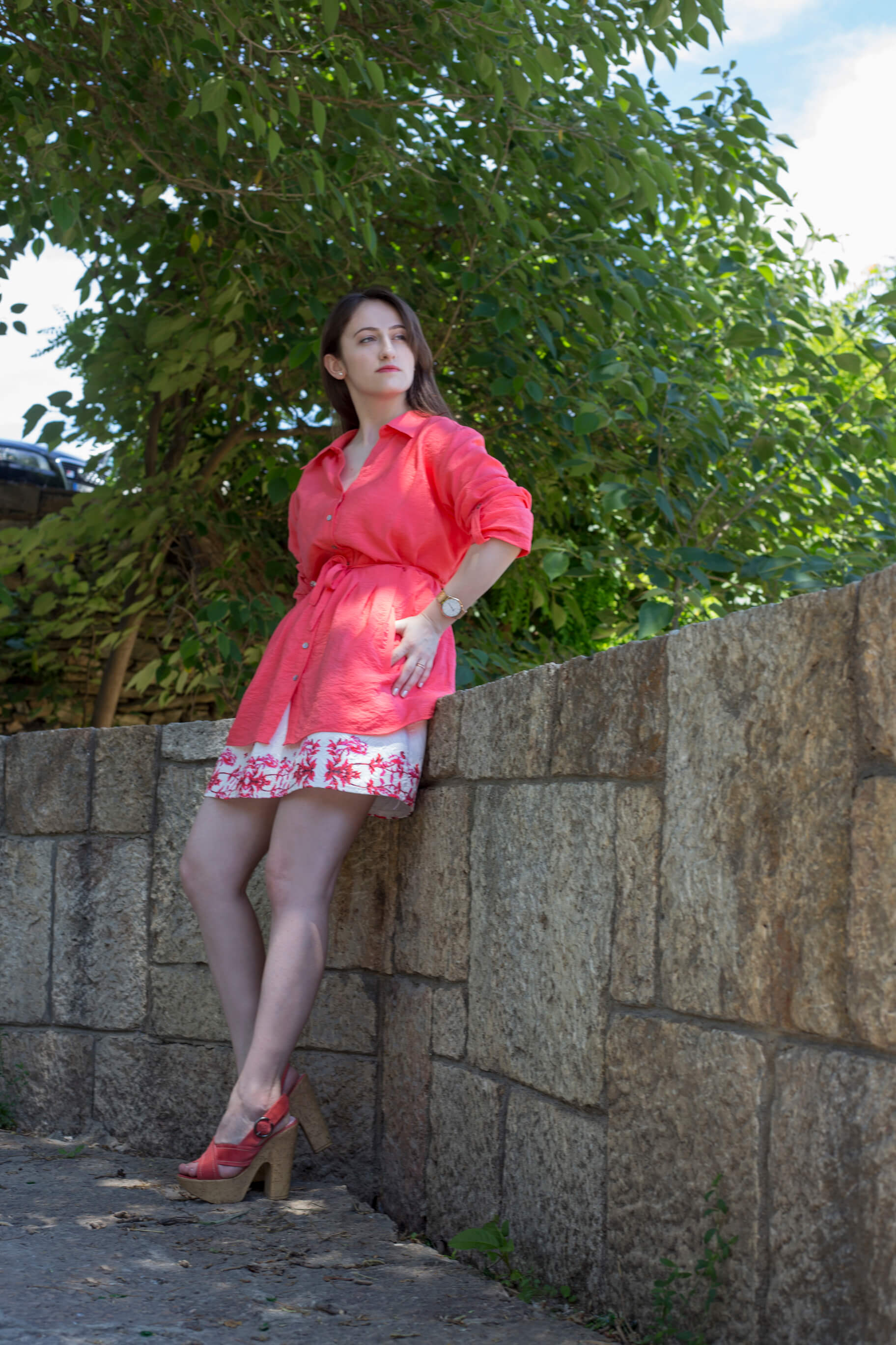 I often find pieces that are not my size, but look so appealing that I just have to find a way to wear them so I am sharing 3 tips on how to style oversized shirts!